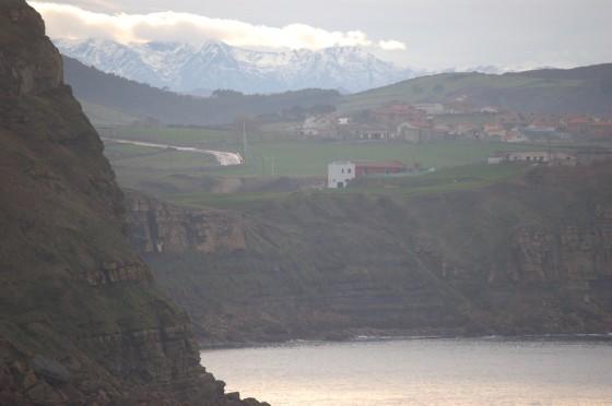 Confín norte de España, en la costa de Suances con los Picos de Europa al fondo.