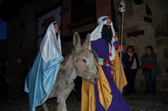 San José y la Virgen María, en busca de posada por las calles de Belén-Santillana