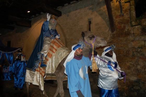 Melchor recorre las calles de Santillana en su camello, el 5 de enero