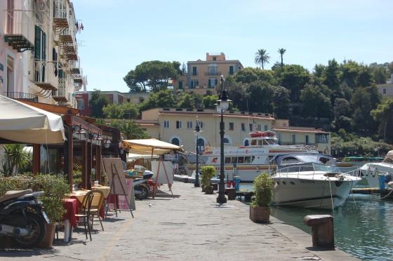 El puerto de Ischia, sabor a erizos