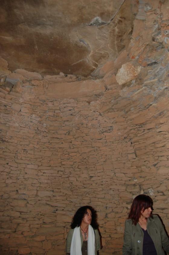 Penélope y la guía María José en la primera cámara circular de El Romeral.