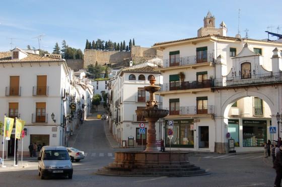 La plaza de San Sebastián, con la alcazaba allá arriba.