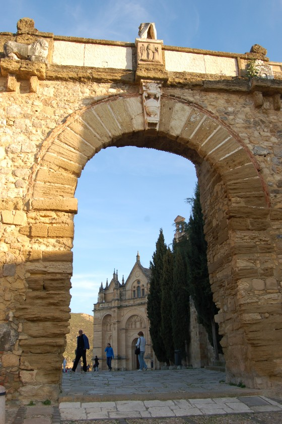 El Arco de los Gigantes, y detrás la Colegiata de Santa María.