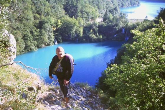 Ante dos de los 17 lagos de Plitvice.