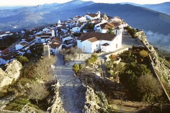 El altísimo recinto amurallado de Marvao, visto desde su castillo.