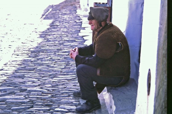 Un hombre con traje y gorro tradicionales, en Monsaraz. Pero no era en fiestas.