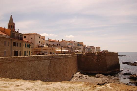 Alguer, amurallado frente al mar.