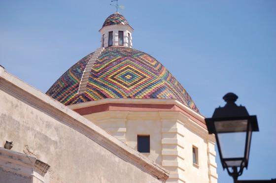 Una cúpula de azulejos en el centro de Alghero, o Alguer.