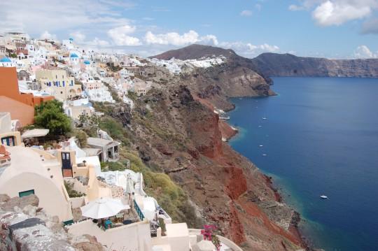 Oia, frente a la caldera de Santorini.