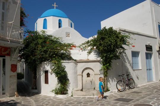 Capilla y calle en Parikia, capital de Paros.