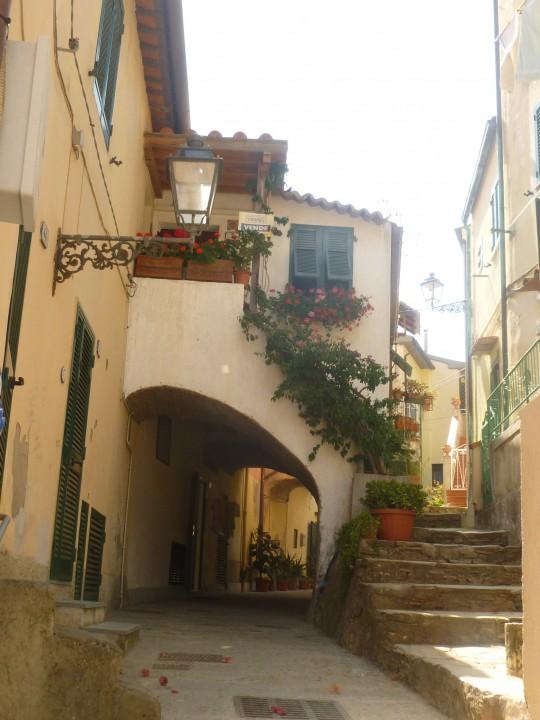 Una calle interior de Porto Azzurro.