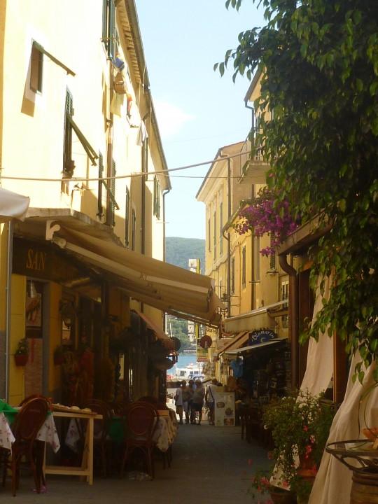 La calle y el mar.