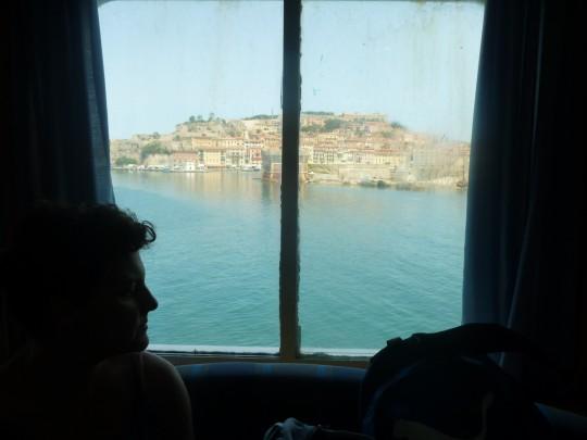 La salida de Elba en ferry. Portoferraio por la ventana.