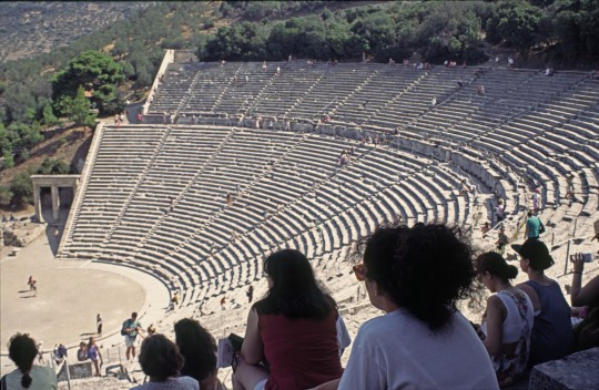 En las gradas eternas de mámol del grandioso Epidauro.