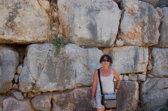 Penélope, ante las piedras enormes de la muralla de Tirinto