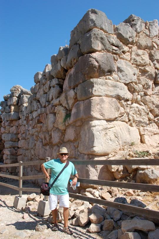 Muros altos, gruesos y milenarios es lo que queda de Tirinto.