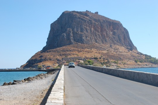 El puente de Gefyra, único modo de entrar en Monemvasia.