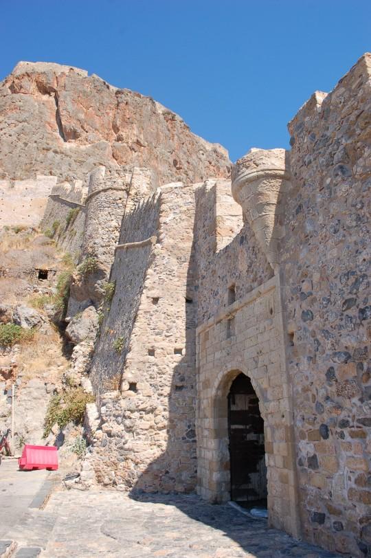 La puerta de Monemvasia. Arriba, la ciudadela o 'kastro',