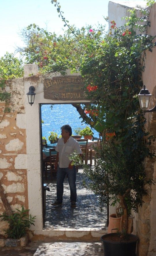La taberna Matoulas, frente al mar.