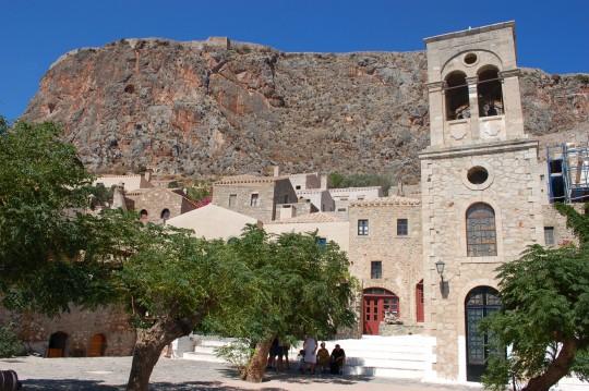 La plaza mayor, con la gran roca al fondo.