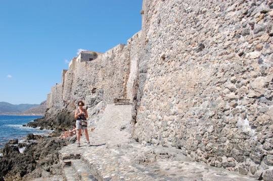 Ante la muralla marina de Monemvasia.