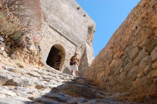 A la entrada de la ciudadela o 'kastro', tan arriba.