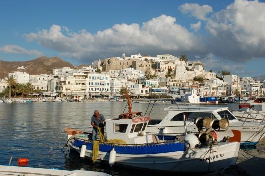 El puerto de Naxos, con el kastro veneciano al fondo.