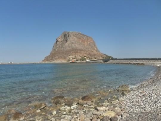El peñón de Monemvasia, visto desde Gefyra.