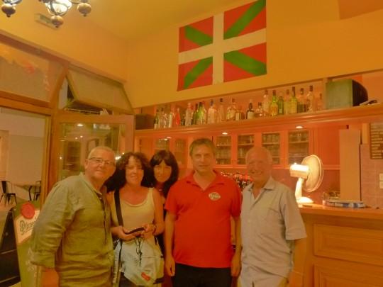 Uly, Pe, Montse, Yiannis y Enrique, encuentro gaditano-catalano-navarro-griego en un bar de Gefyra.