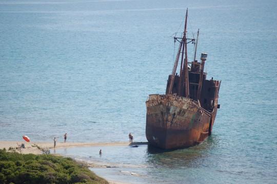 El 'Dimitrios', en la playa de Valtaki, junto a Gythion.