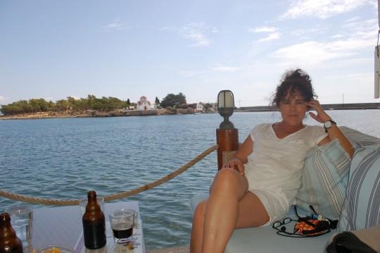 Penélope, en una de las terrazas frente al islote de Marathonisi, al fondo.