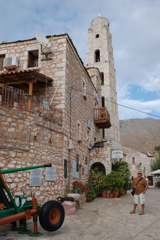 La esbelta torre grande domina el pueblo.