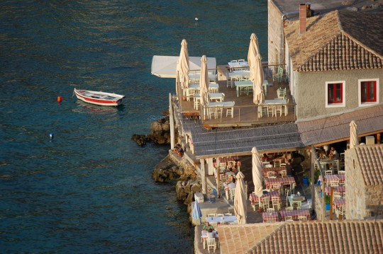 Iglesias ruinosas, casas restauradas y espléndidas tabernas sobre el mar en Limeni.