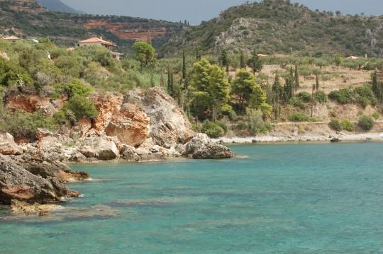 Pinos, cipreses y olivos sobre el mar, el paisaje peloponesio.