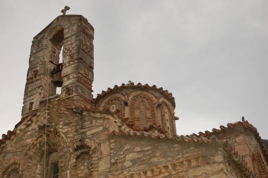 Iglesias bizantinas salpican la carretera.