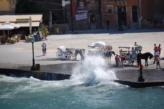 Los turistas desafían el peligro.