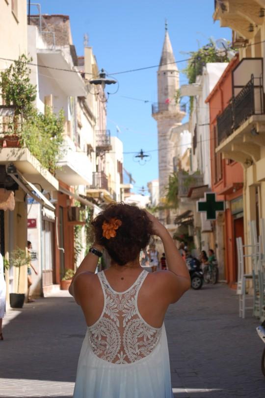 La calle Daliani, con su minarete.