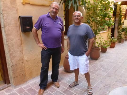 Con Andonis, 'dáskalo mou' , ante el Hotel Helena de La Canea.