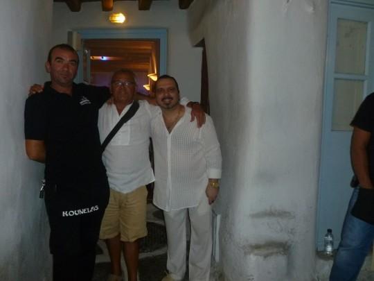 Con el dueño y uno de los camareros de la taberna Kounelas.