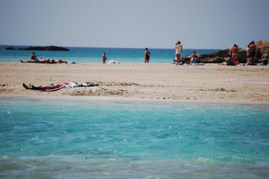 Tras la laguna, la arena.