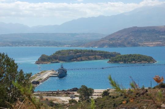 La bahía de Souda, con la base de la OTAN y la fortaleza veneciana.