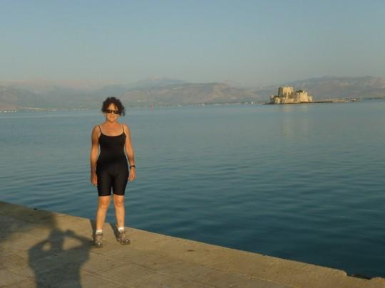 El primer recorrido, el borde marítimo de Nauplia. Al fondo, la fortaleza de Bourtsi.