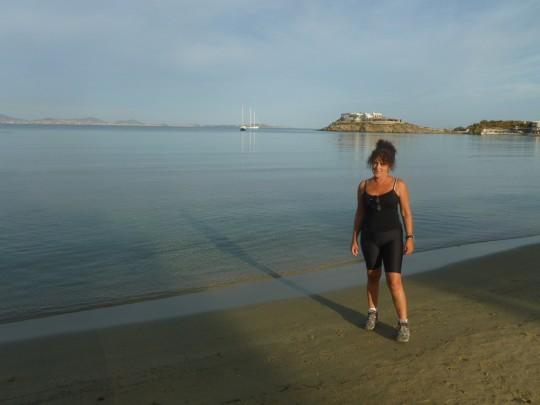 Al sol mañanero en la playa de Agios Georgios, en Naxos.