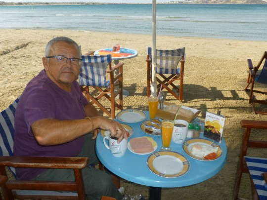 Desayunar en estos sitios, tras el paseo. Playa de Agios Giorgios.