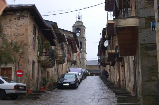 Frías y empinadas calles de Puebla de Sanabria, en invierno de 2009.