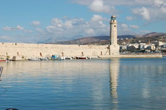 El faro de Rethymnon, cerrando el puerto veneciano.