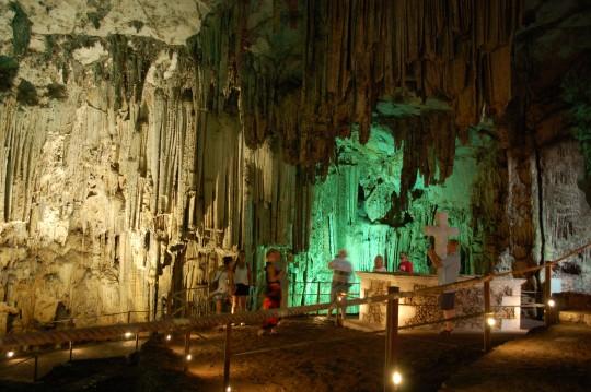 Otra vista de la sala principal de la cueva.