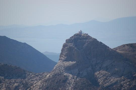 Capilla sobre un pico en el interior de Naxos.