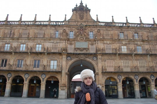 Pepa ante el barroco de la Plaza Mayor.