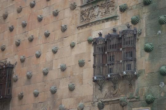 Detalle de la fachada de la Casa de las Conchas.